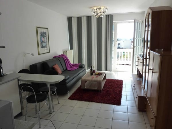 Die offene Küche im Wohn-/Schlafraum mit angrenzendem Balkon