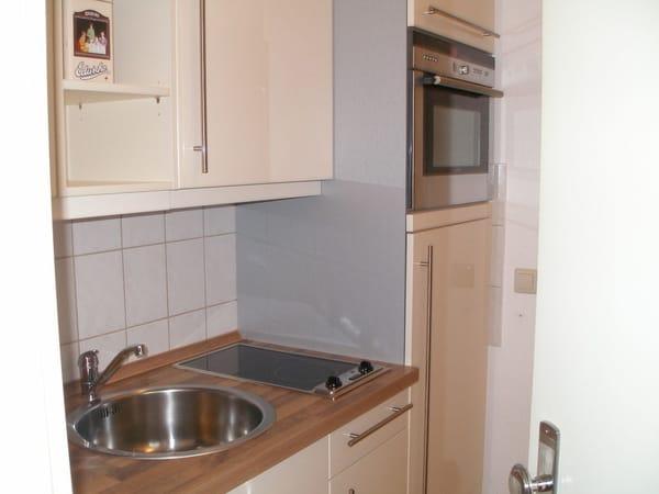 Die Küche in der Diele kann man durch schließen einer Tür vom Schlafbereich trennen