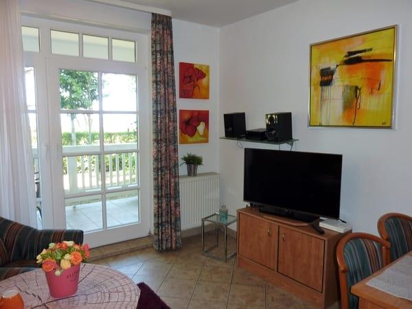 Wohn-/Esszimmer mit angrenzendem großen Balkon Seeseite