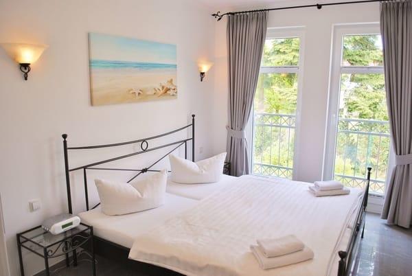 2. Schlafzimmer mit bodentiefen Fenstern
