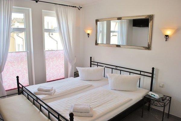 1. SChlafzimmer mit bodentiefen Fenstern, und LCD-TV