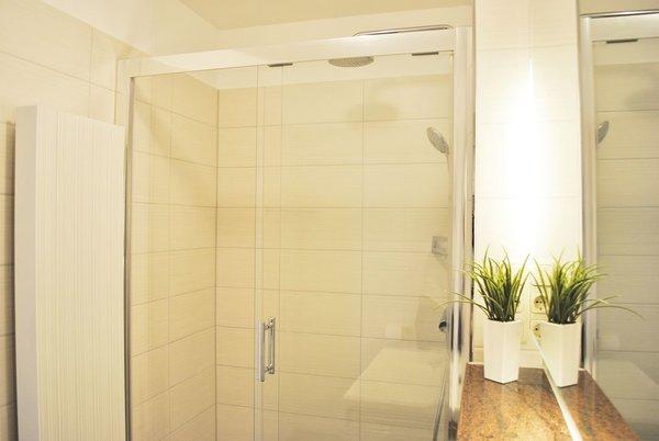 modernes Bad mit Regendusche