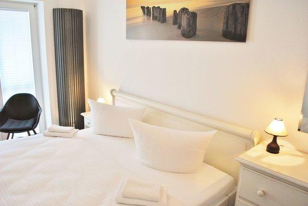 1. Schlafraum mit dodentiefe Fenster, LCD TV, Doppelbett und Abstellraum für Ihre Koffer