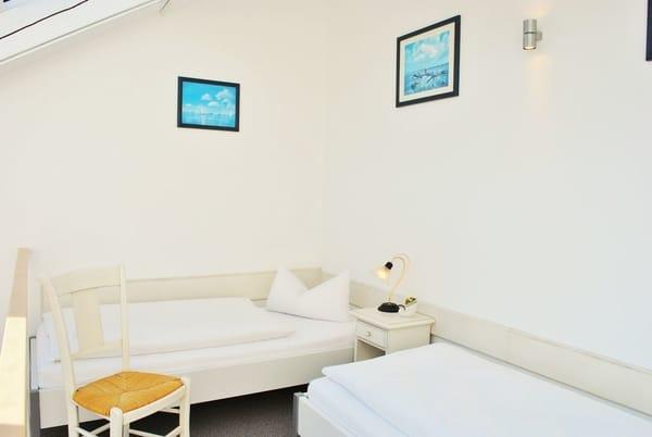 2. Schlafzimmer in der Galerie mit getrennten Betten und elekt. Fensteröffnern für frische Meeresluft