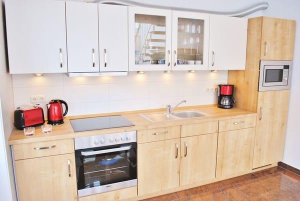 komplett eingerichtete moderne Küche