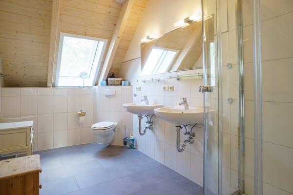 Badezimmer mit Dusche & 2 Waschbecken