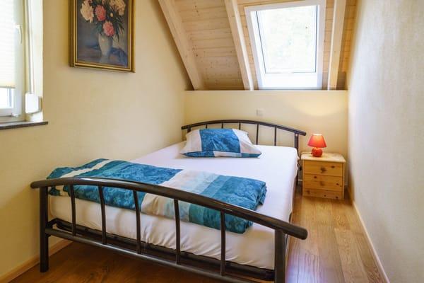kleines Schlafzimmer mit 1,40 m Bett