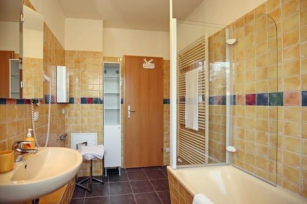 Bad mit klappbarer Duschvorrichtung