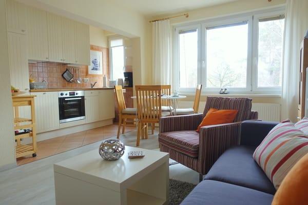 Wohnzimmer mit Eßplatz und Küche