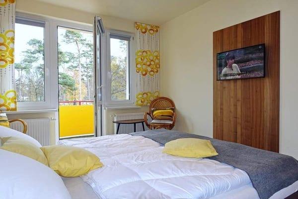 """Schlafzimmer mit 32"""" Zoll Fernseher"""