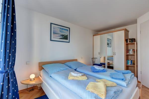 Schlafzimmer mit geräumigen Kleiderschrank