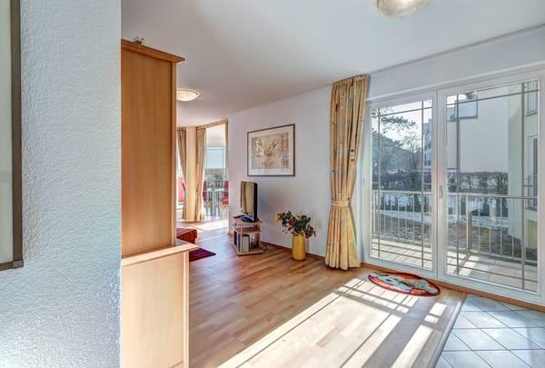 Wohnzimmer mit Zugang zum Balkon (SO-Seite)
