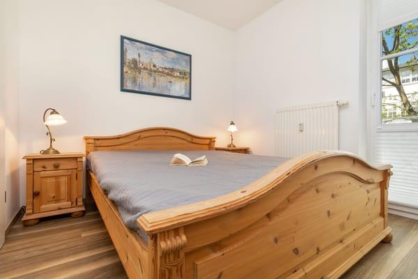 Blick in das kleine Schlafzimmer mit Doppelbett (160x200cm), Kleiderschrank ...