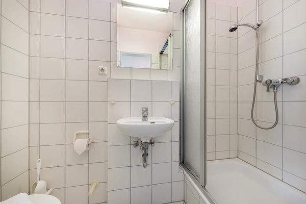 Und hier das zweite, kleinere Bad mit Dusche und WC.