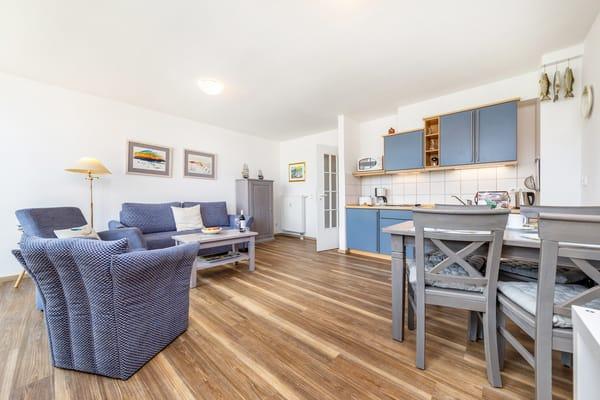 Das große, helle Wohnzimmer mit Küchenzeile. WLAn steht kostenfrei bereit.
