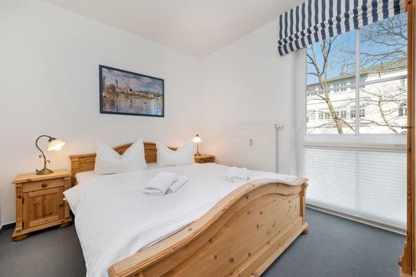 Hier der Blick in das ganz kleine Schlafzimmer mit Doppelbett (160x200cm), Kleiderschrank und elektrisch bedienbarem Außenrolladen für die Verdunkelung