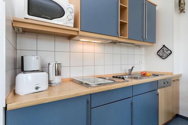 Die Küchenzeile ist ausgestattet mit  Geschirrspüler, 4-Platten-Kochfeld, Mikrowelle, Kühlschrank mit Eisfach etc.