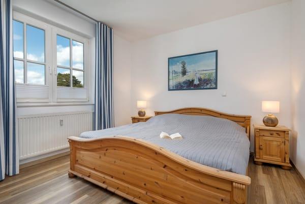 Das große Schlafzimmer mit Doppelbett (180x200cm) ...