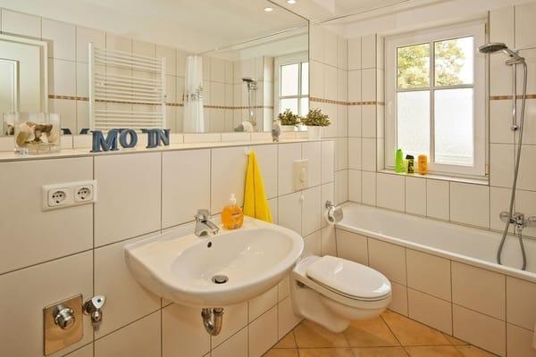 Das Bad unterstreicht die Annehmlichkeiten dieses Appartements – mit Badewanne, WC und Haarfön.