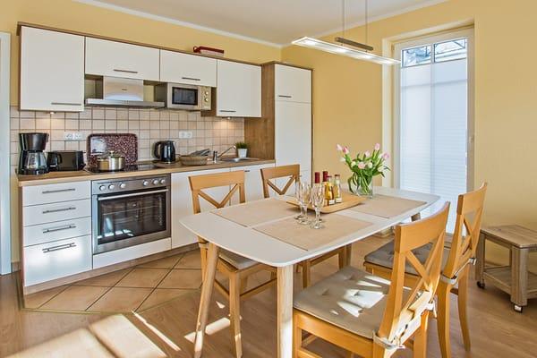 Die integrierte Küchenzeile lässt Dank Geschirrspüler, Kühlschrank mit Gefrierfach, Backofen, Mikrowelle, Wasserkocher, Toaster, Kaffeemaschine und vielen Extras keine Wünsche offen.