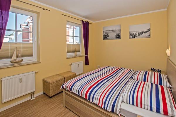 Im ersten Schlafzimmer lädt ein bequemes Doppelbett (180x200cm) zur Nachtruhe ein.