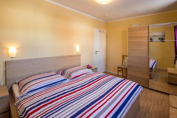 Während das eine Schlafzimmer mit einem bequemen Doppelbett auf Sie wartet ....