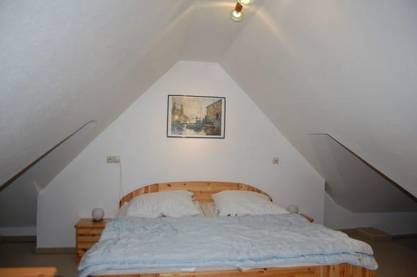 offener Schlafbereich mit Doppelbett