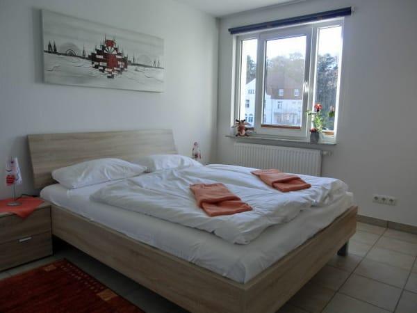 Schlafzimmer mit Bett (1,60x2,00) mit zusätzlichen Verdunklungsrollo