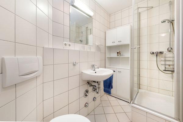 Hier der Blick in das Bad mit Echtglasdusche und WC.