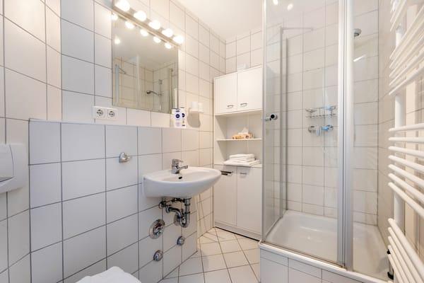 Das Bad mit Echtglasdusche, WC und Handtuchtrockner.