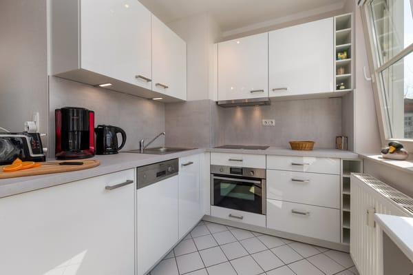 Der Kühlschrank hat ein Eisfach, der Backofen hat eine integrierte Mikrowelle.