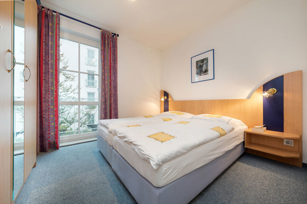 Ein Doppelbett ist 1,80 m breit, das andere ist 1,60 m breit.
