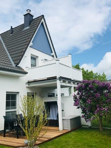 Außenansicht mit gemütlicher Terrasse