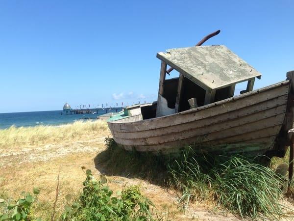 altes Fischerboot am Strand