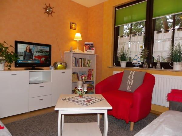 Wohnzimmer mit LED Fernseher,Radio/CD Player,viele Spiele und Bücher
