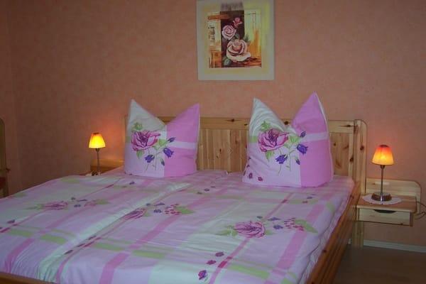 1.Schlafzimmer mit Doppelbett und Kleiderschrank