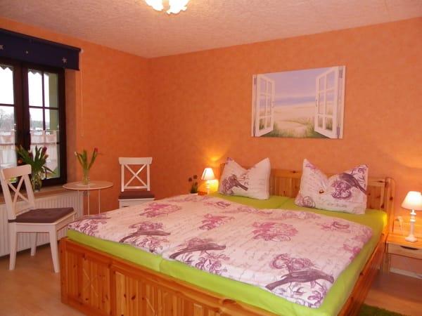 1.Schlafzimmer mit  Kleiderschrank und großen Spiegel
