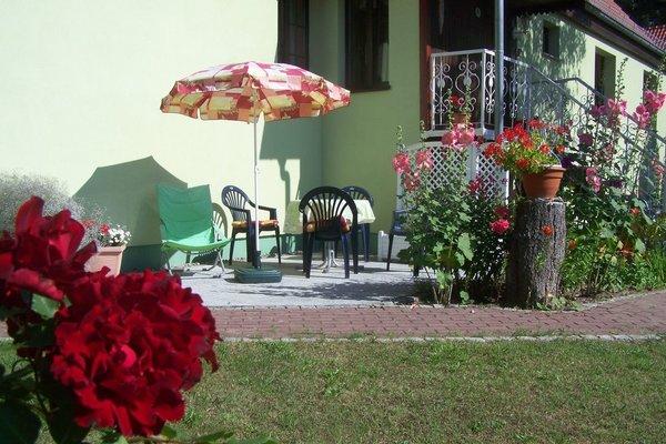 Außenansicht,  Terrasse zur Ferienwohnung,,Am Wald,,mit Grill