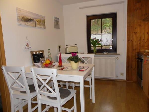separate komplette Küche  Sitzecke mit Blick in den Wald