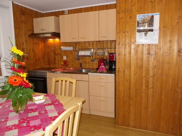 separate Küche, Kühlschrank mit  Gefrierfach ,Herd mit Ceranfeld