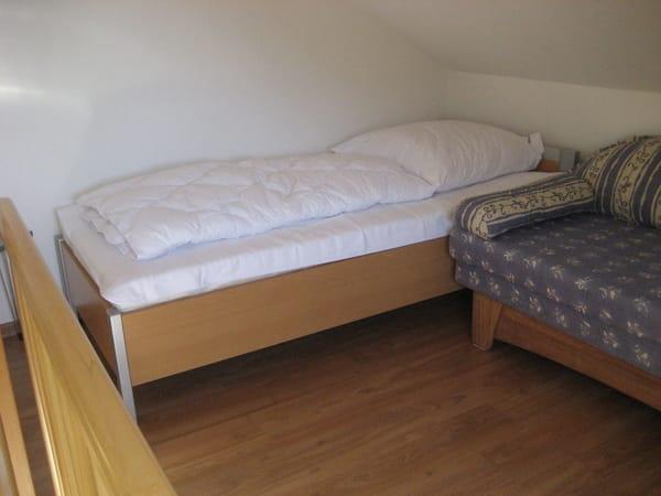 Schlafgalerie mit Einzelbett und Schlafcouch