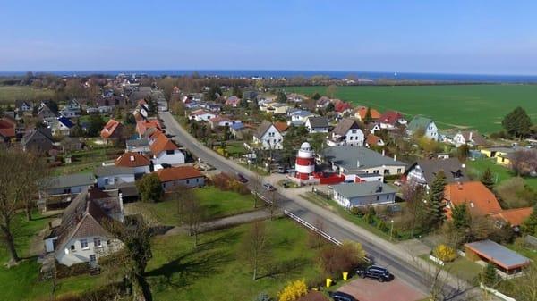 Blick auf das Ferienobjekt von oben - nur ein Katzensprung bis zum Ostsee