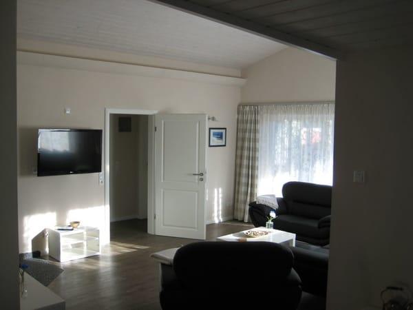 Blick ins Wohnzimmer mit Durchgang zum Kinderschlafzimmer