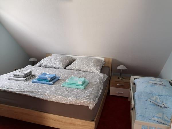 Schlafzimmer mit Juniorbett