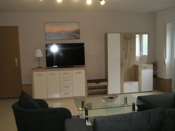 Sideboard mit TV und Garderobe