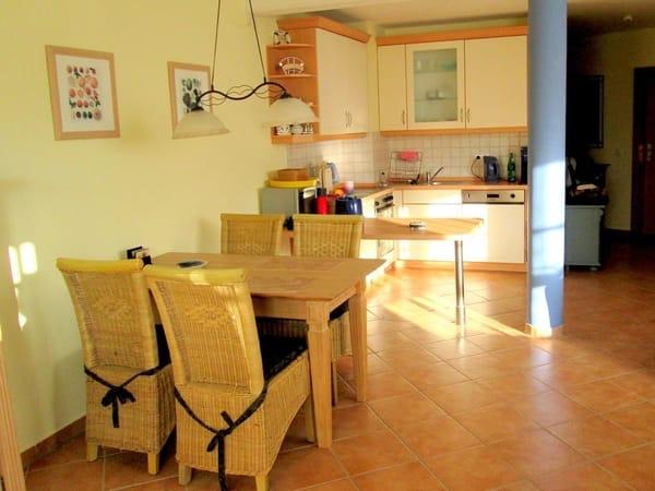 Essecke im Wohnraum, offene Küche