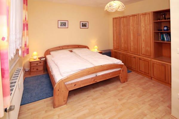 Schlafraum mit Doppelbett und Schrankzeile