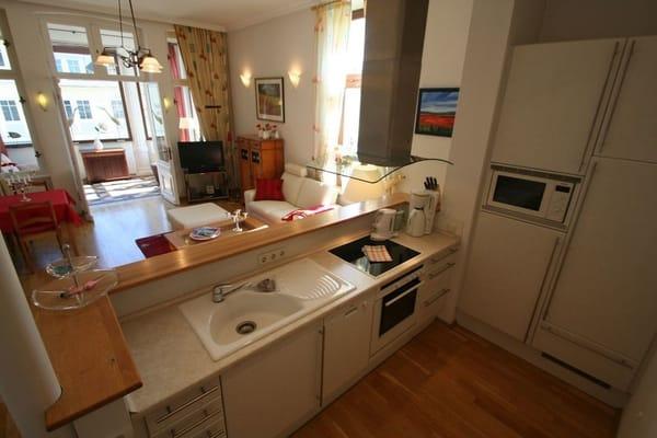 Küchenzeile und Blick zur Veranda