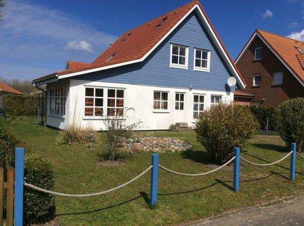Hausfront mit Steingarten
