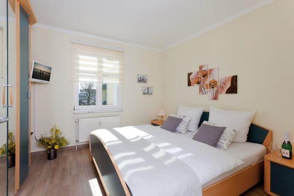 Das Schlafzimmer ist mit Doppelbett und Flat-TV ausgestattet. ubereiteten Köstlichkeiten genießen.